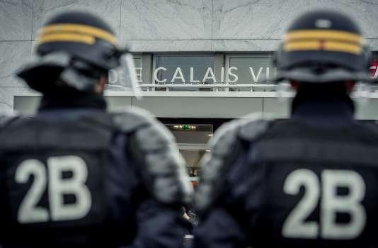 Des CRS devant la gare de Calais.