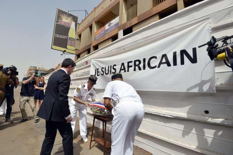 Un mois après les attentats de Ouagadougou, le premier ministre français Manuel Valls s'est recueilli dans le centre de la capitale burkinabé, le 20 février 2016.
