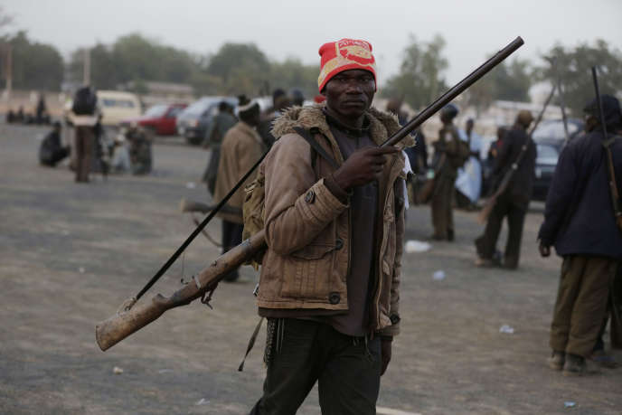 Un habitant de Yola, au Nigeria, défend sa ville contre les attaques de Boko Haram, en novembre 2014.