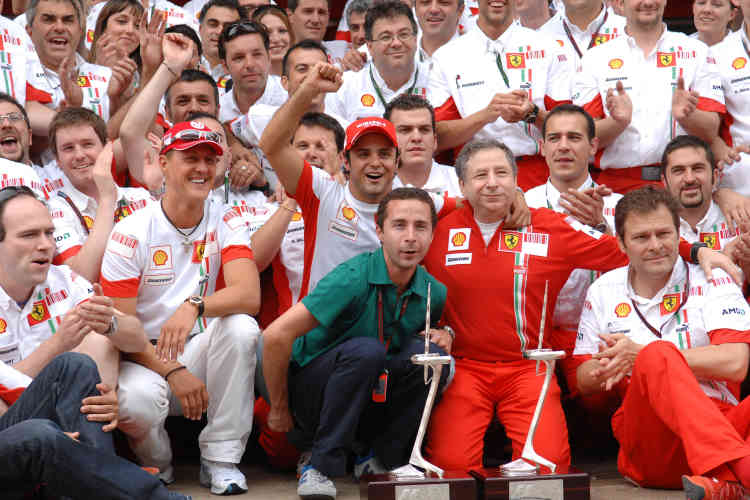"""L'équipe Ferrari lors du Grand Prix de Barcelone de 2007. """"Il y a Michaël, que j'adore, Felipe [Massa], qui est un garçon extraordinaire, Nicola Coscione dit """"Cochonet"""", qui a remplacé Jean-Claude Lefebvre pour me suivre dans les voyages. Aldo Costa, maintenant chez Mercedes..."""""""