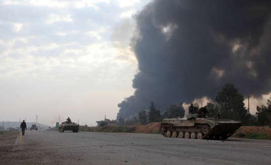 Des tanks appartenant aux forces du gouvernement syrien, aux environs d'Alep. L'armée reprend peu à peu le contrôle de la deuxième ville du pays.