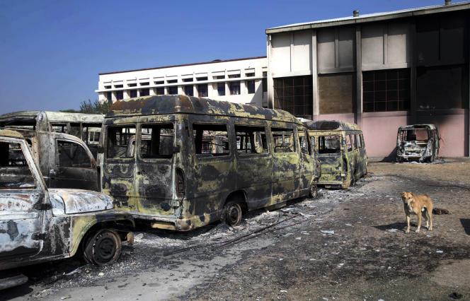 Des véhicules incendiés à Rohtak, épicentre des émeutes dans le nord de l'Inde.