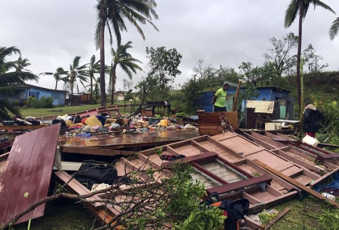 Winston était accompagné de vents approchant 300 kilomètres par heure, selon le Centre d'alerte au typhon de la marine et de l'armée de l'air américaines.
