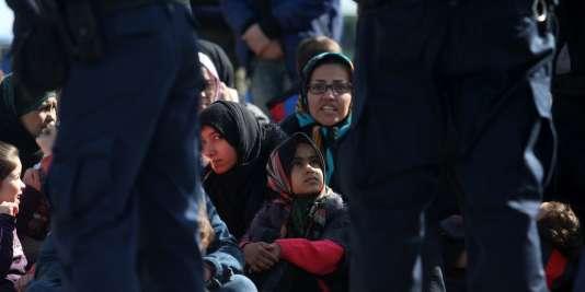 Des migrants attendent près d'Idomeni, en Grèce,  le 21 février 2016. Ils veulent pouvoir franchir la frontière avec la Macédoine.