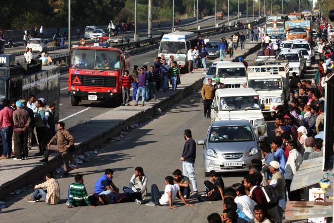 Des manifestants bloquent l'autoroute entre Chandigarh et Shimla à Panchkula, dans l'Etat d'Haryana, le 21 février 2016.