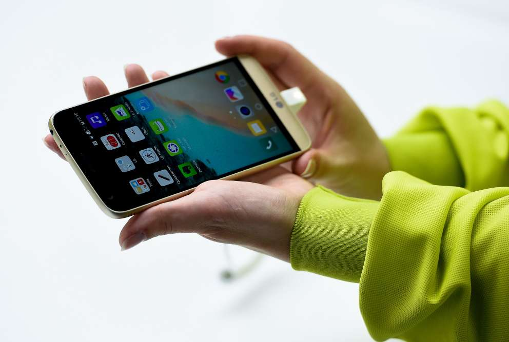Autre concurrent dans la catégorie haut de gamme, le nouveau modèle G5 du fabricant LG sera commercialisé en avril à un prix qui avoisinera les 700 euros. Tournant avec le système d'exploitation Android, doté d'un écran de 5,3 pouces et d'un double capteur photo, il offre notamment la possibilité de retirer facilement la batterie pour la remplacer en milieu de journée, par exemple.