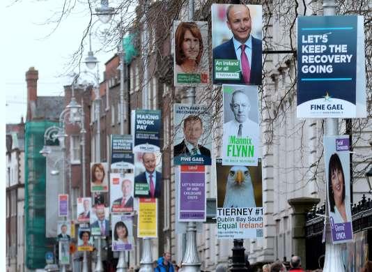 Des affiches de campagne pour les élections législatives irlandaises accrochées aux lampadaires de Dublin, dimanche 21 février.