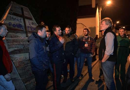 Stéphane Le Foll a ouvert la porte de son jardin avant d'engager une conversation tendue pendant près d'une heure avec les manifestants, le 21 février 2016 au Mans.
