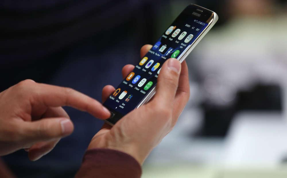 Star de l'ouverture du Salon, le fabricant sud-coréen Samsung a présenté son nouveau modèle haut de gamme Galaxy S7 et sa version Edge à écran incurvé (sur la photo), respectivement commercialisés à 699 euros et 799 euros. Ils signent notamment le retour du port microSD, qui permettra aux plus gourmands en musique et vidéos d'ajouter de l'espace de stockage.