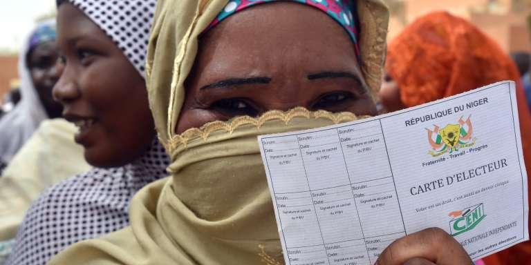 Une femme fait la queue devant un bureau de vote de Niamey, la capitale du Niger, à l'occasion des élections présidentielle et législatives, dimanche 21 février.