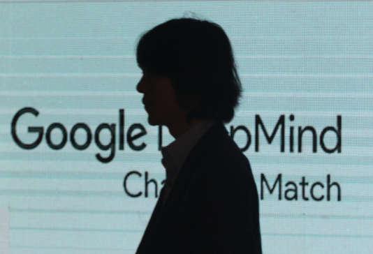 La silhouette de Lee Sedol, lors d'une conférence de presse à Séoul en février.