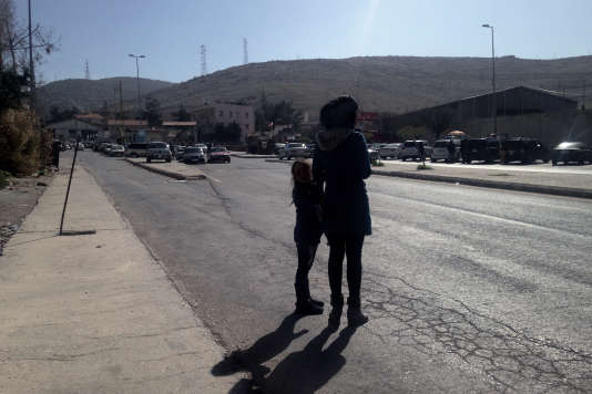 Faten attend son frère au poste-frontière de Masna, au Liban, le 20 février.