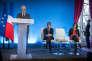 Robert Badinter, Manuel Valls et Myriam El Khomri  lors de la remise du rapport sur le droit du travail à l'Hotel Matignon à Paris, lundi 25 janvier 2016 .