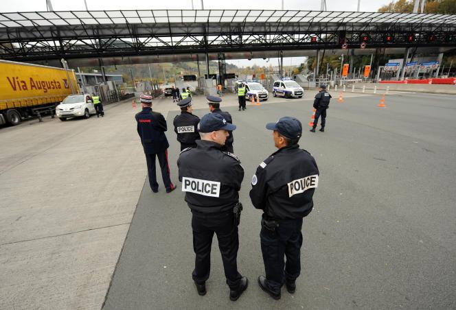 Contrôle de la police et des douanes sur l'A63 à Biriatou, le 4 décembre 2015.