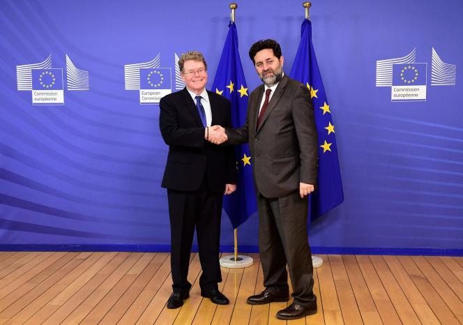 Dan Mullaney ( à droite), le responsable des négociateurs du traité transatlantique  pour les Etats-Unis, aux côtés d'Ignacio Garcia Bercero, son homologue européen, à la Commission européenne, le 22 février à Bruxelles.