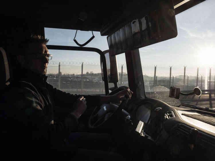 Le routier dit «comprend[re] leur volonté de passer en Grande-Bretagne», mais il n'accepte pas qu'ils s'attaquent à son camion. Sa cabine, c'est un peu sa seconde maison, avec son drapeau du PSG, les dessins et les photos de ses deux petits garçons.