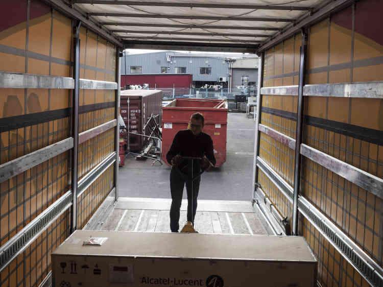 Arrivé en Angleterre, Olivier récupère son véhicule, qui est ensuite déchargé.