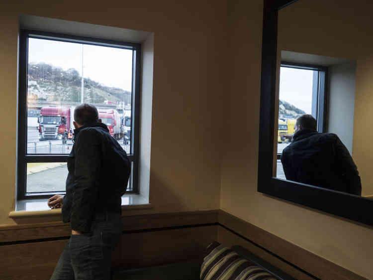 Le camion et son chauffeur attendent de prendre place à bord du ferry, qui les ramènera en France.