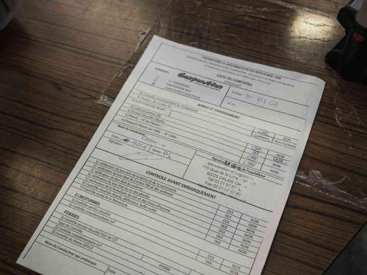 Le chauffeur remplit sa check-list, obligatoire pour le Royaume-Uni. Cette liste des contrôles que doit opérer chaque camionneur a été validée par l'immigration britannique, afin d'«exonérer la responsabilité de l'entreprise, en cas de migrants découverts», rappelle David Sagnard, le patron de l'entreprise pour laquelle travaille Olivier Crépin.