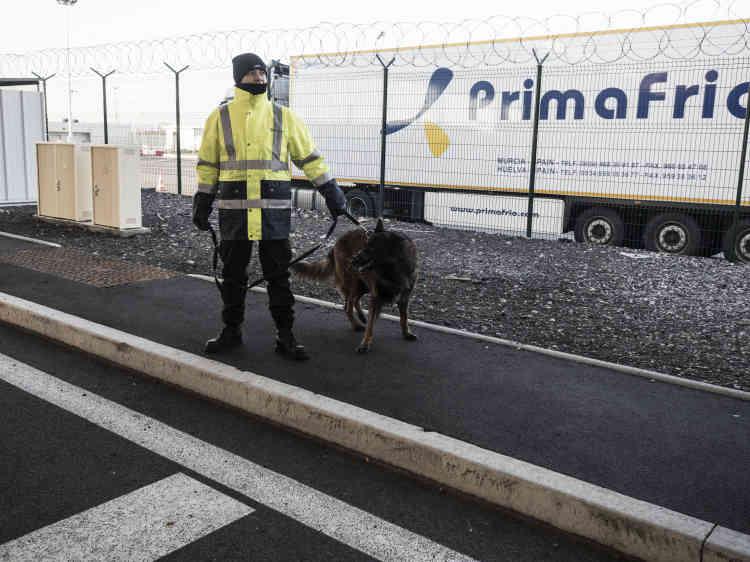 A l'arrivée au terminal Eurotunnel. Après une attente de dix minutes, le chauffeur roule tout doucement vers le scanner géant qui va analyser les entrailles de son camion. Un cœur qui bat, une présence suspecte et l'appareil donnera l'alerte. «Premier exercice réussi!», lance-t-il en rejoignant les trente minutes de file d'attente pour le contrôle effectué par des chiens.