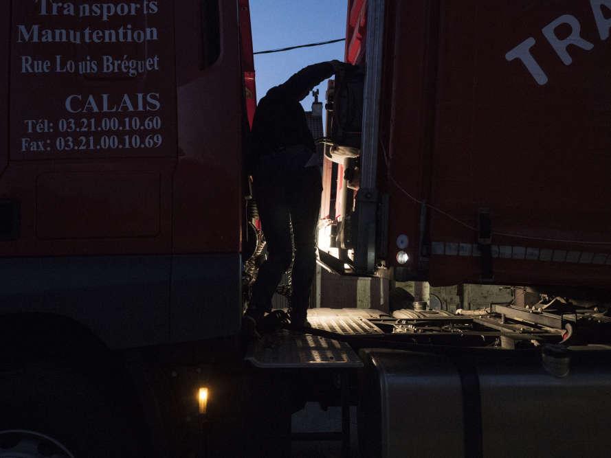 Avant chaque départ, Olivier doit inspecter le châssis du camion, afin de vérifier que des migrants, voulant passer en Grande-Bretagne, ne sont pas cachés sous le véhicule.