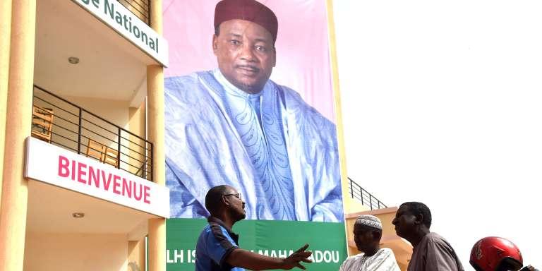 Des Nigériens devant le siège du parti de Mahamadou Issoufou à Niamey, le 22 février 2016.