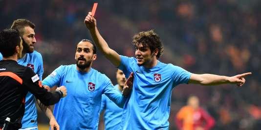 Le club de Trabzonspor a commencé à imprimer des tee-shirt à l'effigie de Dursun brandissant à l'arbitre le carton rouge à l'arbitre.