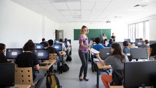 Des étudiants de Polytechnique suivent un cours à l'ENSTA ParisTech (école nationale supérieure de techniques avancées) à Palaiseau.