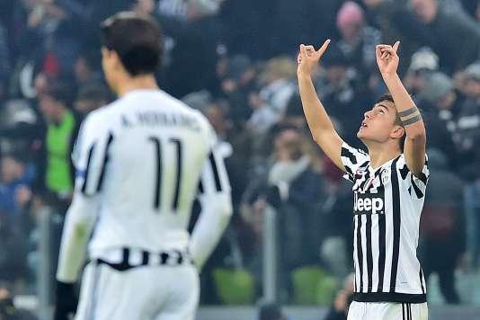 L'attaquant argentin de la Juventus Paulo Dybala, à droite, a permis à son équipe de réduire la marque face au Bayern Munich en huitièmes de finale aller de la Ligue des champions, à Turin, le 23 février.