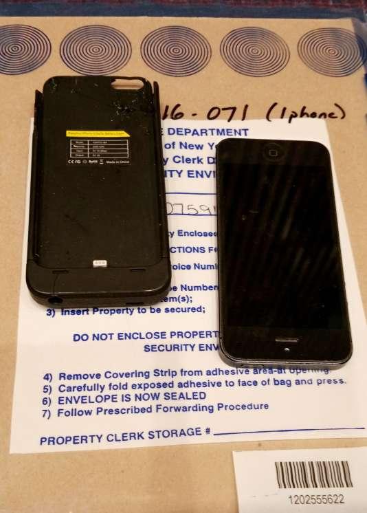 Un Apple iPhone est présenté au siège de la police de la ville de New York le 18 février 2016.