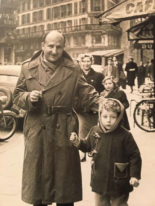Jean Todt avec son père, médecin généraliste, à Bezons, en région parisienne.