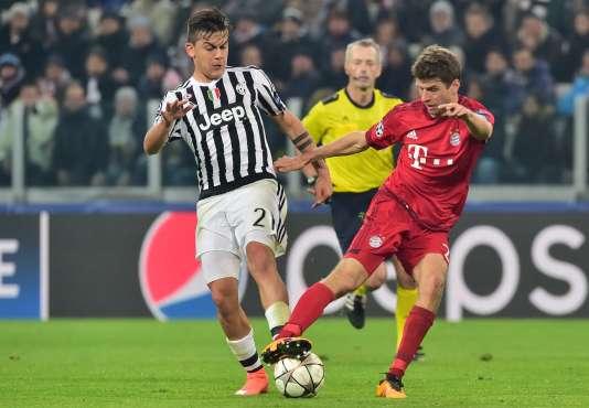 Paulo Dybala face à l'Allemand Thomas Müller, mardi à Turin.
