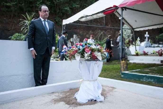 Le chef de l'Etat au cimetière de l'Uranie, à Papeete, en Polynésie française, le 21février.