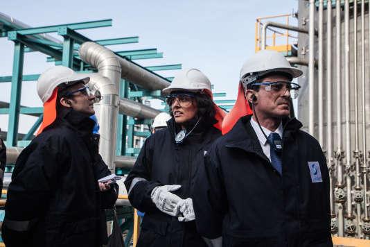 Myriam El Khomri, ministre du travail, avec Emmanuel Macron et Manuel Valls lors de la visite d'une usine du groupe Solvay à Mulhouse le 22 février 2015.
