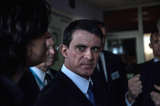 MM. Manuel Valls et Emmanuel Macron et Mme Myriam El Khomri ont visité l'usine Solvay du site de Chalampé (Mulhouse), lundi 22 février 2016.