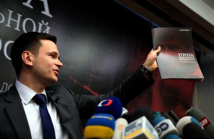 Le militant de l'opposition Ilia Iachine durant la présentation d'un rapport sur Ramzan Kadyrov à Moscou, mardi 23 février 2016.
