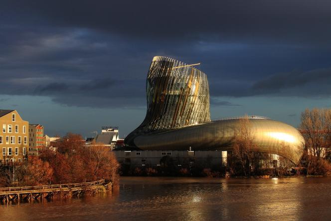 Tout en courbes et reflets or, la Cité du vin a été conçue par l'architecte Anouk Legendre.