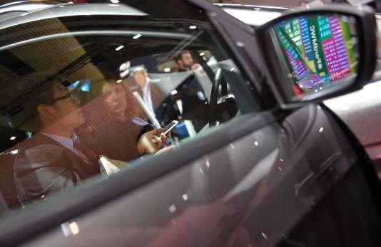 Visiteurs du Mobile World Congress de Barcelone testant une voiture connectée. L'événement durera jusqu'au 25 février.