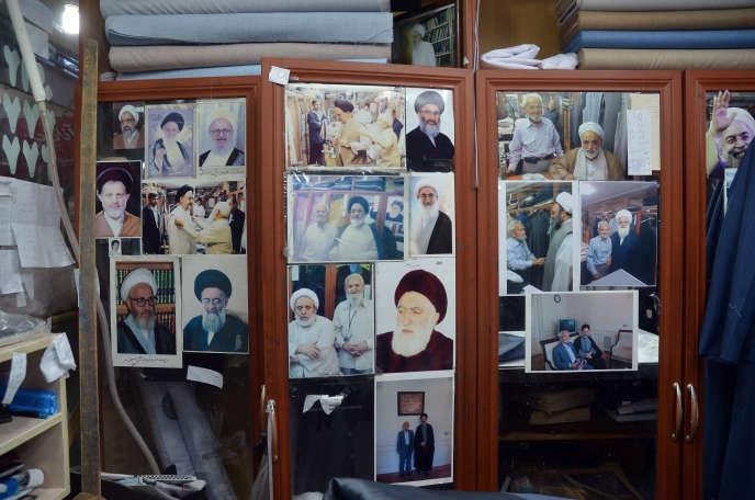 Chez le tailleur du haut clergé en photo avec le Guide et deux anciens présidents, à Qom, au sud de Téhéran, le 16 février.