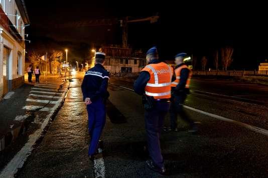 Des officiers de police belges et un gendarme français, au poste de frontière d'Adinkerke, mardi 23 février.
