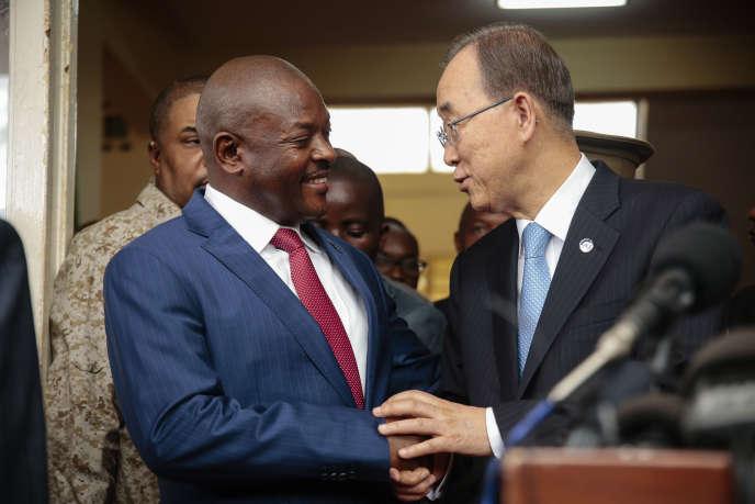 Pierre Nkurunziza, le président du Burundi, au côté de Ban Ki-moon, le secrétaire général des Nations unies, le 23 février à Bujumbura, capitale du Burundi.