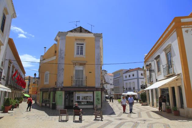 La vieille ville de Faro, aux murs colorés aux rues pavées.