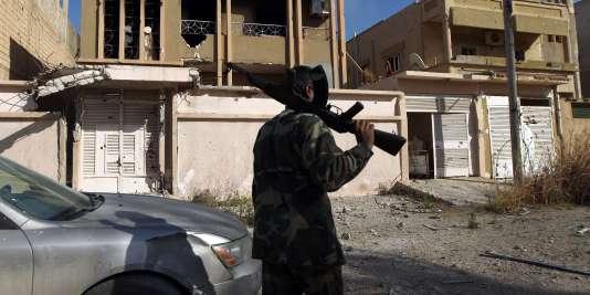 Un soldat gouvernemental dans les rues de Benghazi, en Libye, le 23 février 2016.