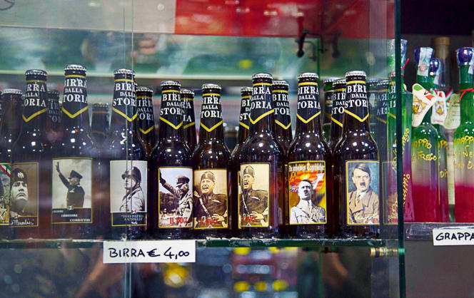 A Predappio, des objets en tout genre à la gloire de Mussolini et du fascisme sont vendus dans les boutiques de souvenirs.