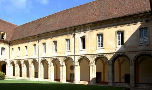 Abbaye de Cluny, le cloître du XVIIIe siècle et les chambres des «gadzarts», le10septembre 2013.
