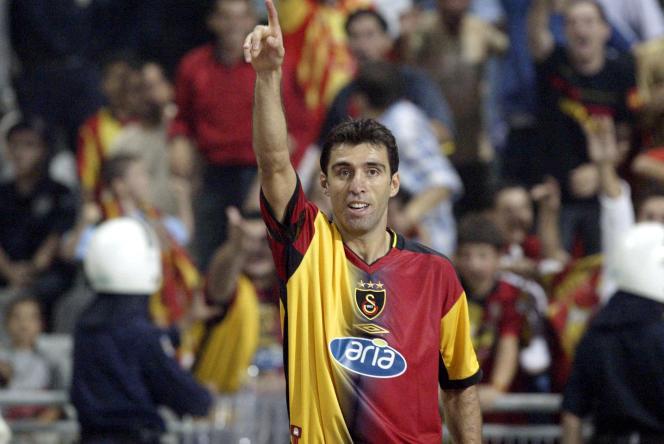 Hakan Sükür, ancien attaquant international de football et icône dans son pays, en 2003.
