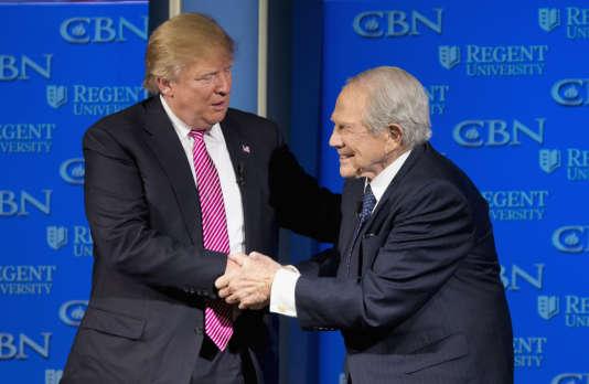Le candidat à l'investiture républicaine Donald Trump avec le télévangéliste protestant Pat Robertson en Virginie, le 24 février 2016.