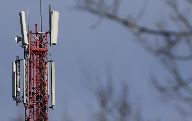 Au printemps 2015, SFR, Orange, Free et Bouygues Telecom s'étaient engagés à couvrir la totalité de la population en téléphonie mobile et en 3G, l'Internet haut débit, à l'horizon2017. Ces obligations ont ensuite été inscrites dans la loi Macron de 2015.
