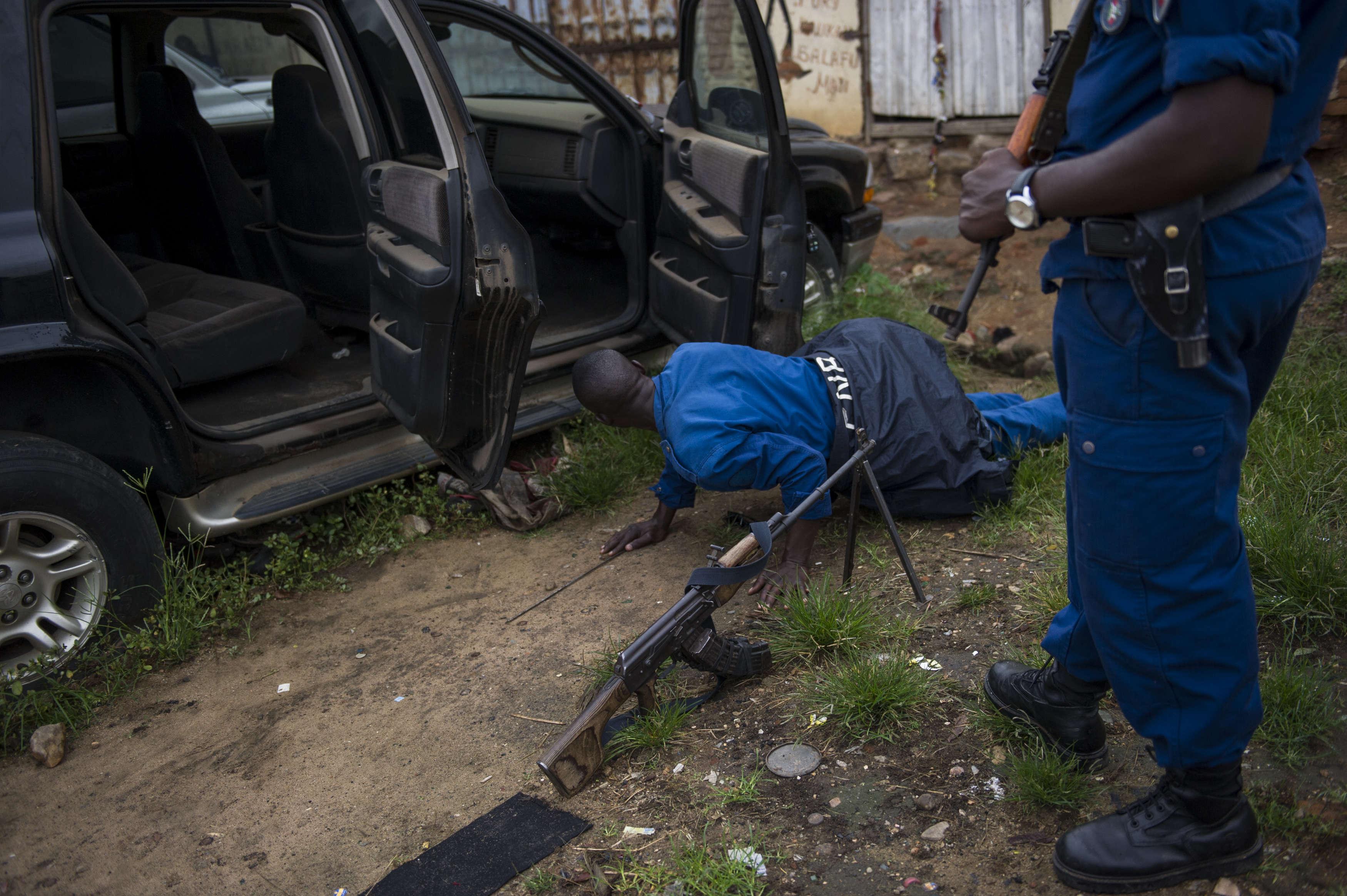 La police fouille  une voiture dans le quartier de Jabe, le 27 janvier. A la suite d'une fusillade la nuit précédente, la police a effectué une descente dans le quartier ce matin-là, arrêtant plusieurs jeunes hommes suspectés d'avoir pris part aux affrontements.