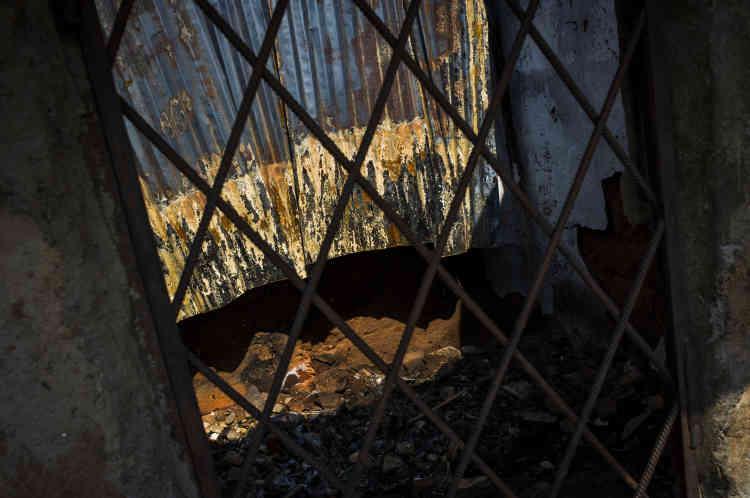 Un magasin, endommagé par l'explosion d'une grenade, dans le quartier rebelle de Nyakabiga, le 26 janvier. La grenade a été lancée au cours d'affrontements qui ont secoué la capitale en décembre 2015. L'économie du Burundi, fragile, a été durement touchée par les tensions. Le FMI prévoit une récession de 7 % pour 2016.
